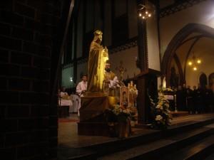 Ojciec Prowincjał święci figurę świętej Jadwigi Śląskiej, Patronki naszej Prowincji zakonnej.