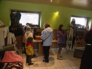 Parafianie zwiedzają eksponaty ze wszystkich części świata.